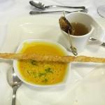 Karotten-Ingwersuppe und Klare Suppe mit Hühnerleberroulade